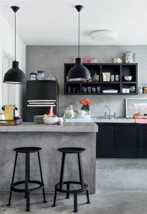 Cocina con desayunador color gris y negro