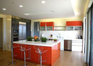 Cocina con desayunador color naranja