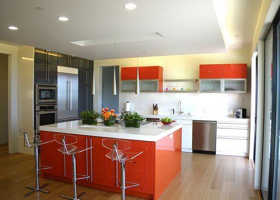 cocina con desayunador color naranja (1)