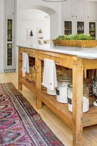 Cocina con desayunador de madera