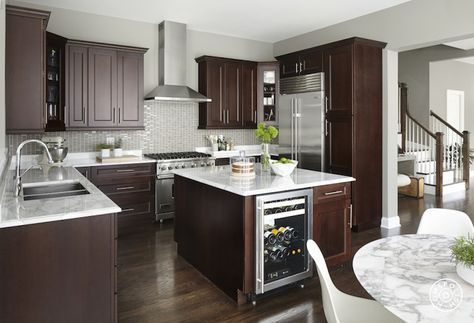 Cocina con desayunador rectangular color marrón