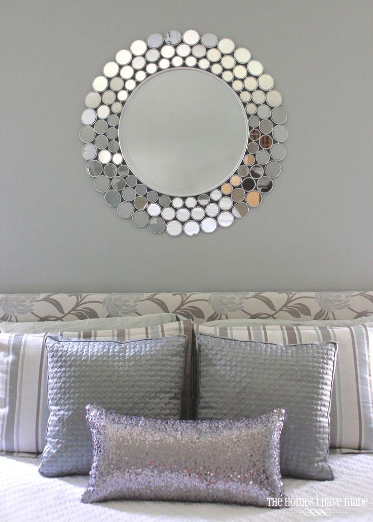 Idea de decoracion en recamara tonos grises y detalles for Espejos decorativos plateados