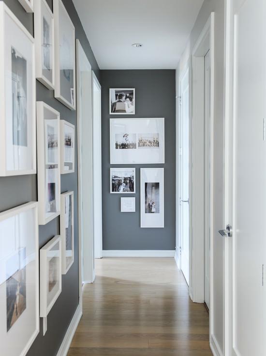 ideas-para-decoracion-de-pasillo-en-color-gris-marcos-blancos