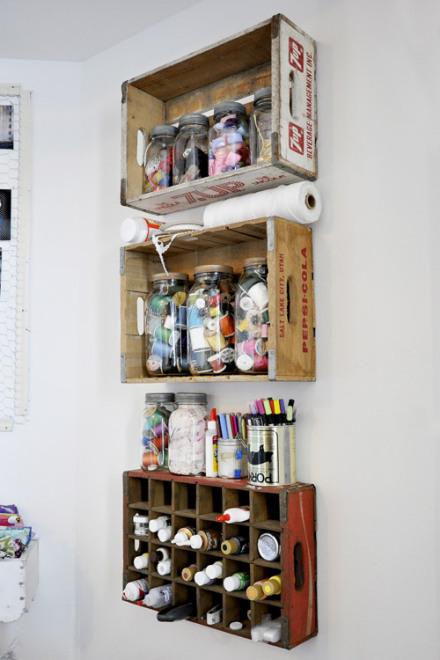 Idea para decorar pared con estante de cajas de madera - Ideas para reciclar cajas de madera ...