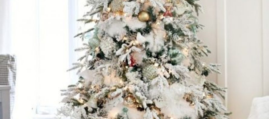 Decoración de pinos de navidad con nieve