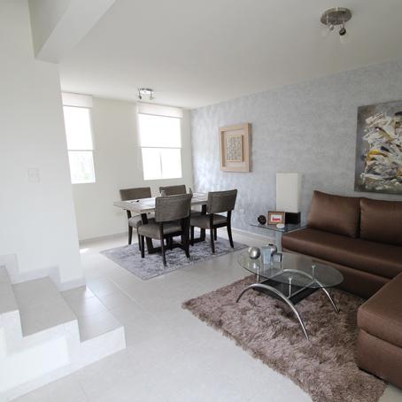 Fachada e interiores de una casa de dos pisos con 3 for Decoracion de casas de 7 metros
