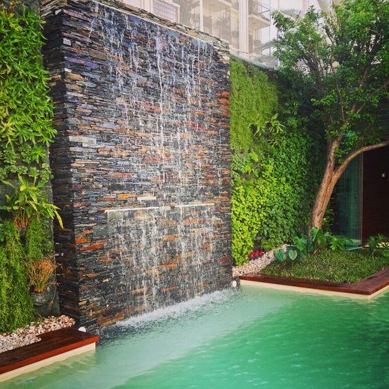 24 fuentes y muros llorones que te van a gustar para tu for Cascada para jardin interior
