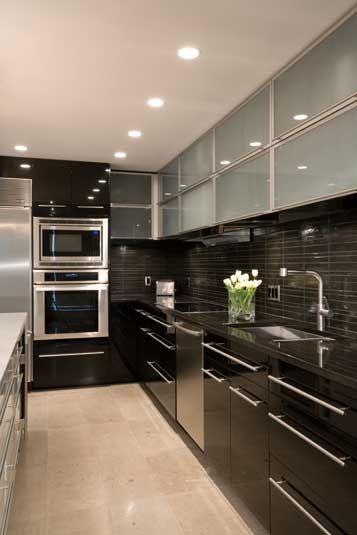 decoracion de cocinas pequenas con detalles en acero inoxidables (9)