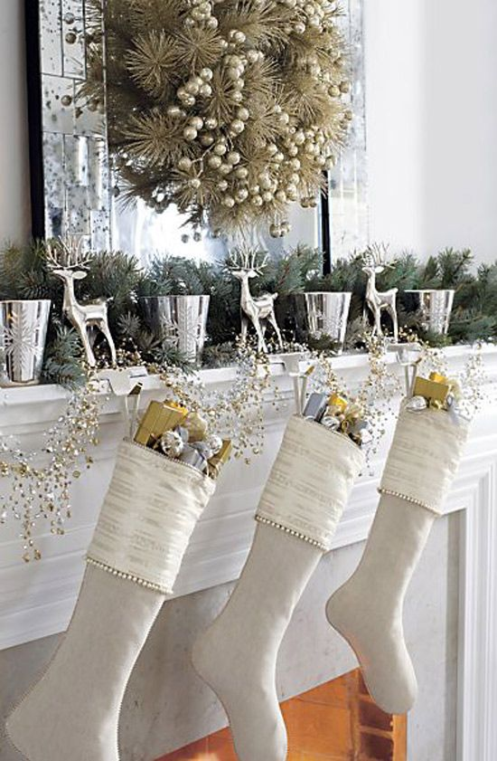 Decoración para navidad color beige y dorado para la chimenea