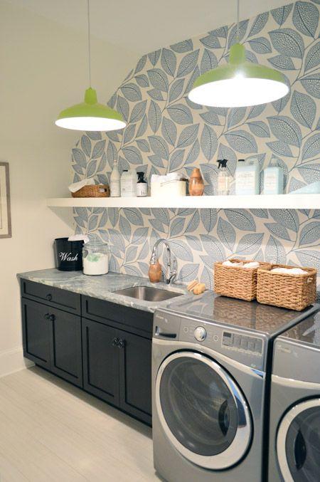 Cuarto de lavado decorado con papel tapiz