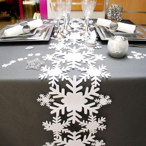 Camino de mesa en blanco y plata