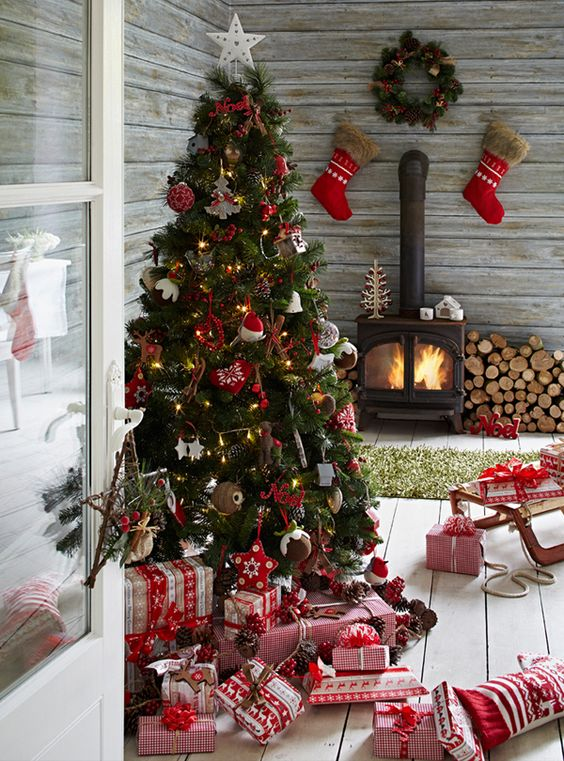 Ideas en color rojo para decorar la chimenea en navidad