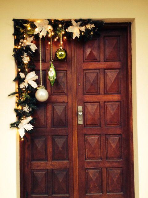Ideas diy para decorar la puerta en navidad ideas paso a for Arreglo para puertas de navidad