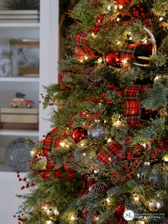 Decora la navidad en color rojo y detalles cuadrados