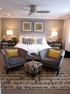 Decoración de interiores color gris con mostaza