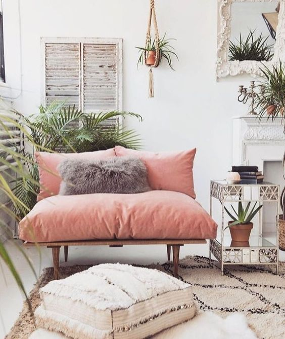 Decoración de salas con sofás rosas estilo rústico