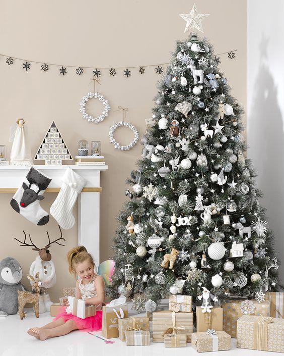Arboles navideños blanco y negro con detalles de corazón