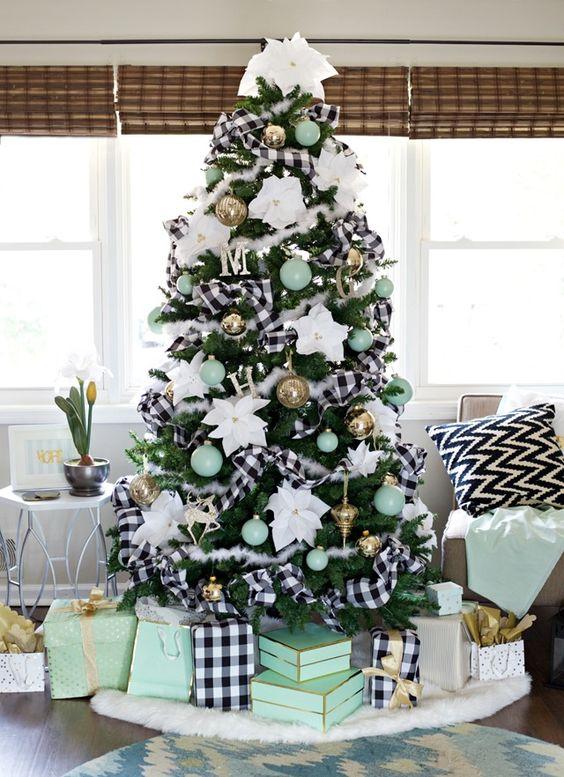 Decoración de navidad con detalles en blanco y negro