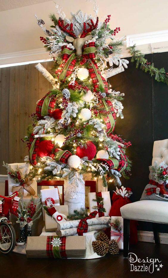 26 dise os de rboles navide os que son tendencia en este for Disenos navidenos para decorar puertas