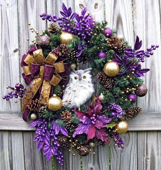 Decoracion de navidad color morado puerta con corona for Arreglo para puertas de navidad