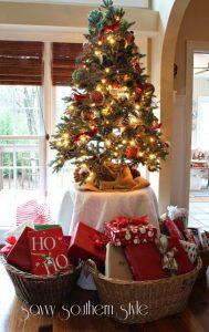 pinos de navidad sobre mesas (1)