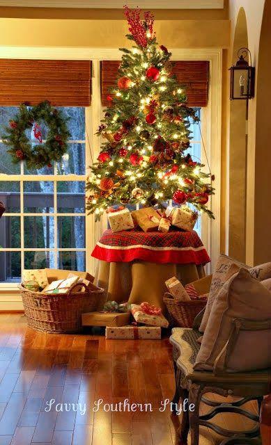pinos de navidad sobre mesas (2)