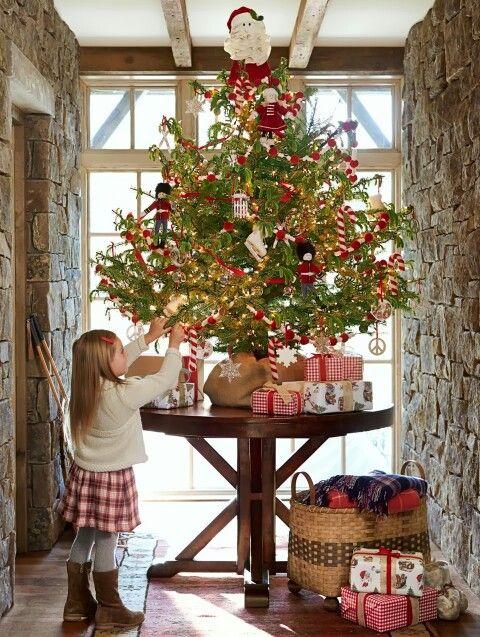pinos de navidad sobre mesas (4)