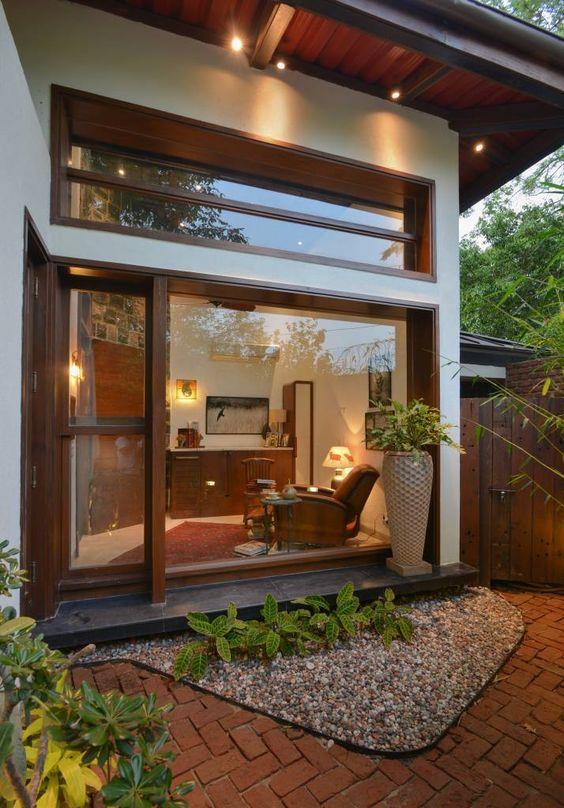 ventanas modernas con vidrio templado y proteccion de madera