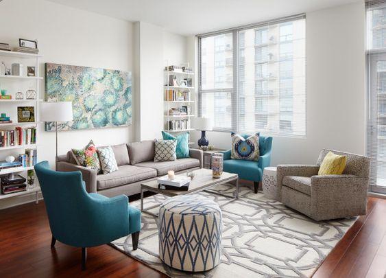 Decoración de salas pequeñas con sofás y sillas tapizadas