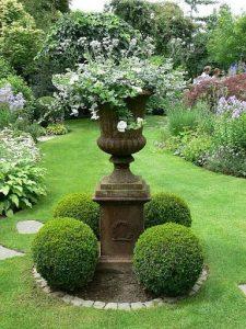 Accesorios para decorar un jardín clásico