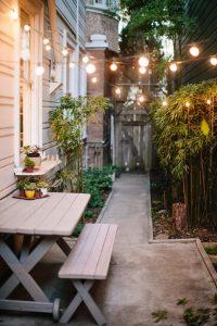 Jardines pequeños iluminados de noche