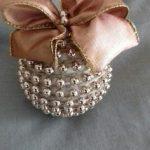 como elaborar esferas navideñas con materiales que tienes en casa