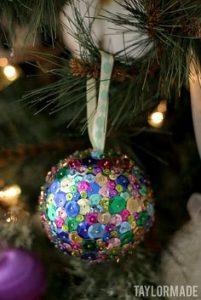 esferas con lentejuelas y alfileres
